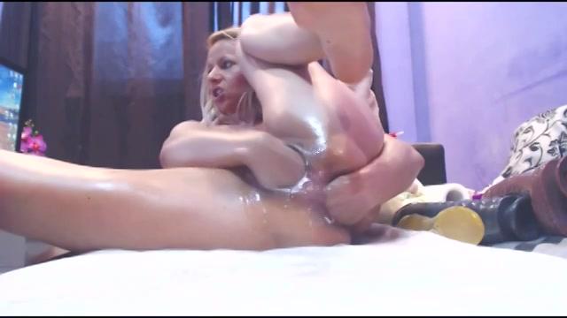 Dubbele penetratie met dikke dildos laat kutje spuiten