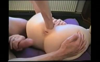 Zijn vuist neukt haar ruime poes