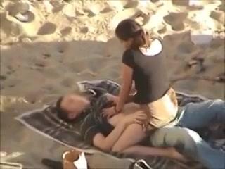 Geile amateurs stiekem gefilmd tijdens buitensex