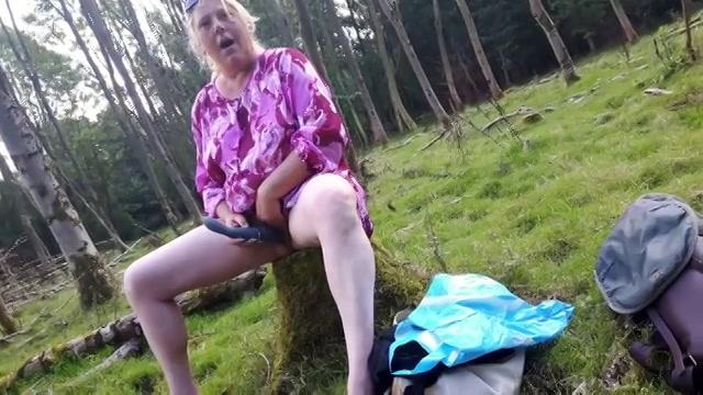 Groot wild zit haar kutje te neuken in het bos