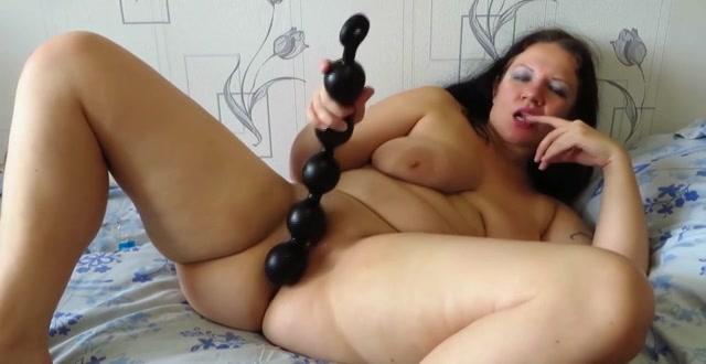 Rijpe cam slet stopt grote anaal ballen in haar vlezige kut