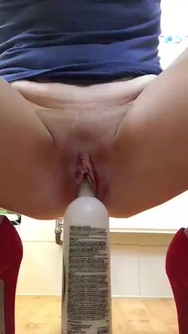 En daar glijd de shampoo fles diep in haar kut
