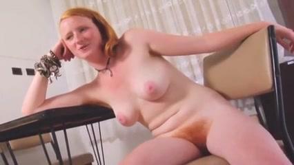 Roodharige tiener geeft haar sexy lichaam bloot