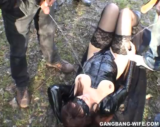 Golden shower gangbang in de natuur