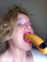 Hitsige oma slikt bizar grote dildo