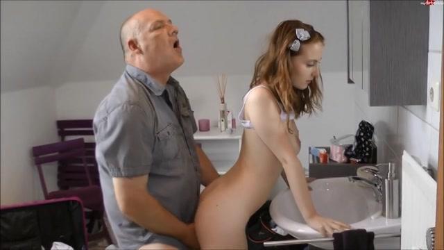 Pappa steekt zijn harde lul in dochterlief