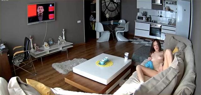 Via de spycam filmt hij zijn masturberende dochter