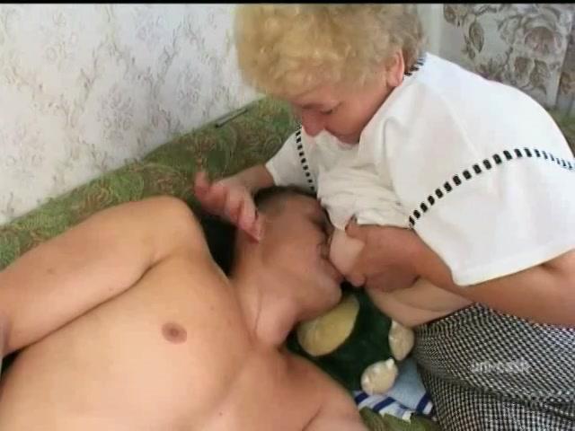 Zuigen aan oma tiet