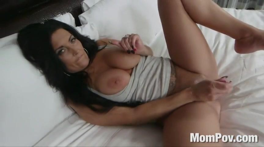 Sexy milf in haar eerste porno video