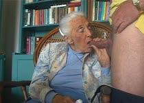 Bejaarde dame is niet vies van een beetje pijpen