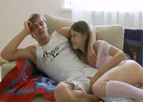 Russische tiener sletje geeft vriendje een blowjob