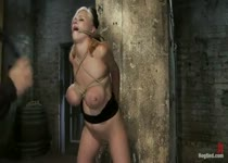 Blonde slavin in knellende tietbondage ondergaat clitoris marteling