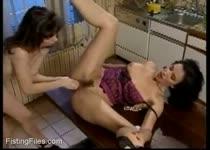 Jaa geef je tante een dubbel penetratie met je handen