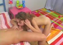Tijdens de pijp beurt van het meisje druipt de kots over zijn penis en ballen