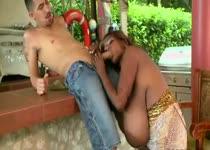 De negerin met enorme grote tieten geeft de jongeman een pijp beurt
