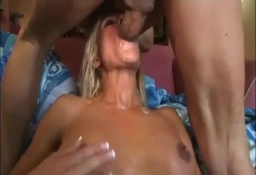 Tijdens het neuken van de kale kut komt hij klaar en spuit sperma in haar gezicht