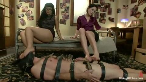 Een sm trio sex met twee meesteressen en een mannelijke slaaf