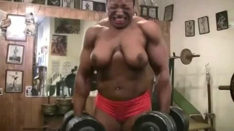 Bodybuilding negerin showt haar tieten