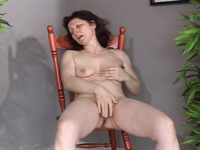 Naakt zittend in een hoekje masturbeert de geile huisvrouw tot een orgasme