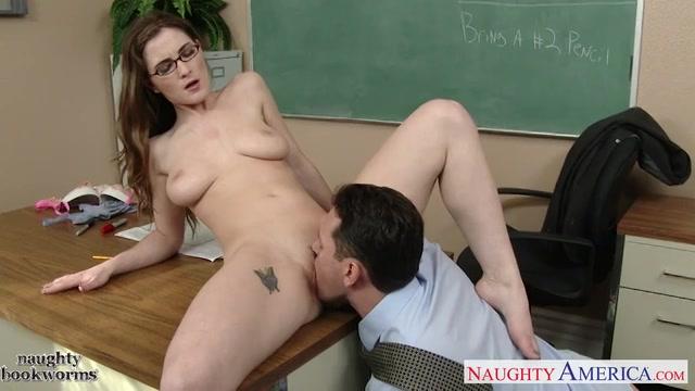 De leraar krijgt een pijp beurt likt haar kutje en neukt tot hij klaar komt