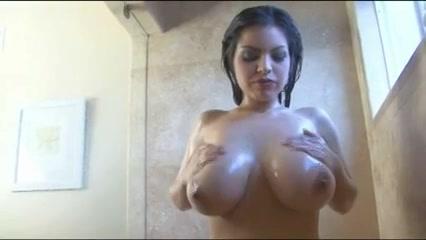 Sexy babe met flinke jetsers onder de douche