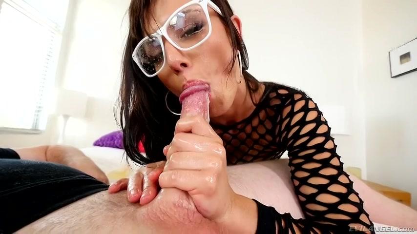 Sexy mokkel met bril zuigt stijve lul