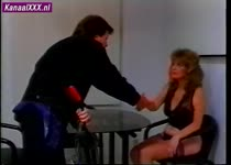 Geile huisvrouw geeft vertegenwoordiger een pijpbeurt