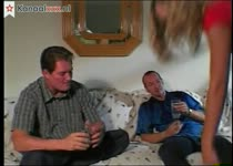 Hij laat zijn blonde vriendin mee doen in een trio sex