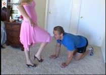 Na wat geile spelletjes neukt hij haar tot hij klaar komt