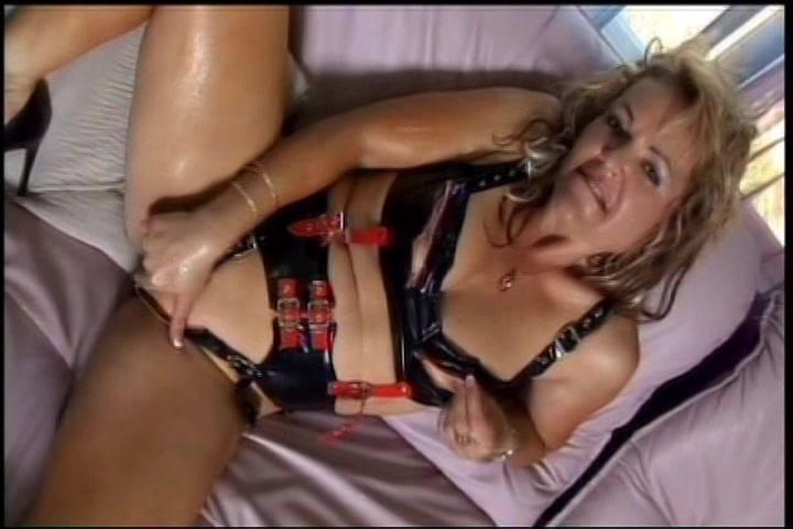 Geile latex milf mastubeerd tot ze een orgasme krijgt