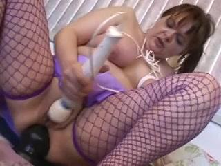 Met zuignappen op haar tepels mastubeerd ze haar anus en kut