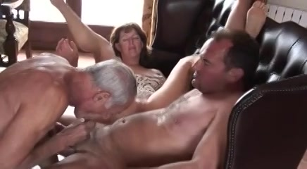Een trio sex met een oudere bisex man