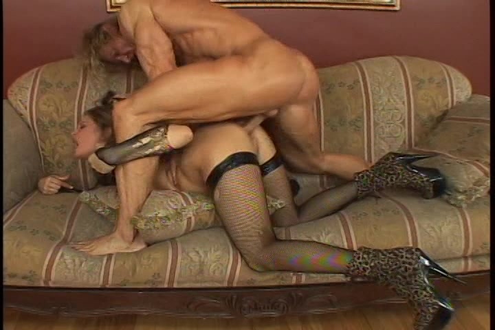 Hij beft laat zich pijpen en neukt haar kut en anus tot hij klaar komt
