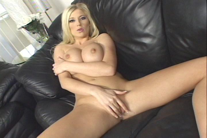 Blondje met dikke tieten mastubeerd tot een orgasme