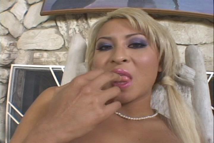 Na haar ongelooflijk geile orgasme likt ze haar vingers