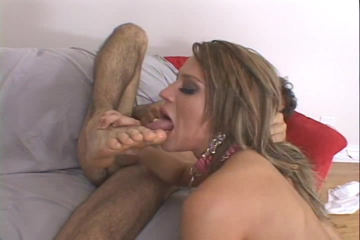 Na anal te zijn geneukt pijpt ze de stijve lul en likt zijn tenen