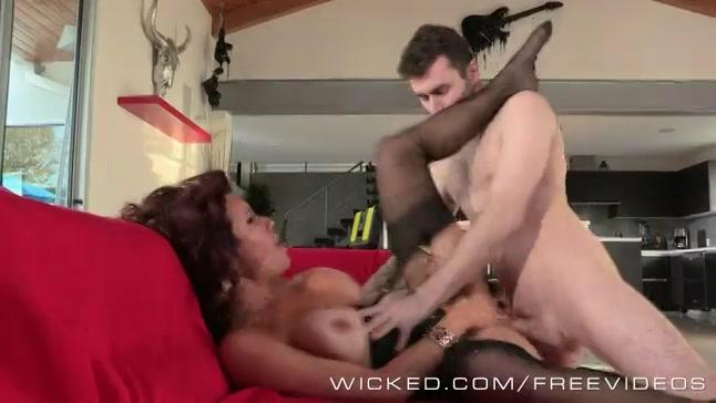 Hij likt de kut en anus van de geile huisvrouw en neukt haar