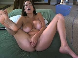Voor de eerste keer een dildo in haar anus dat is genieten