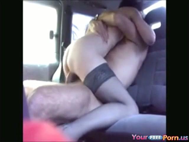 Neuken op de achterbank van de auto