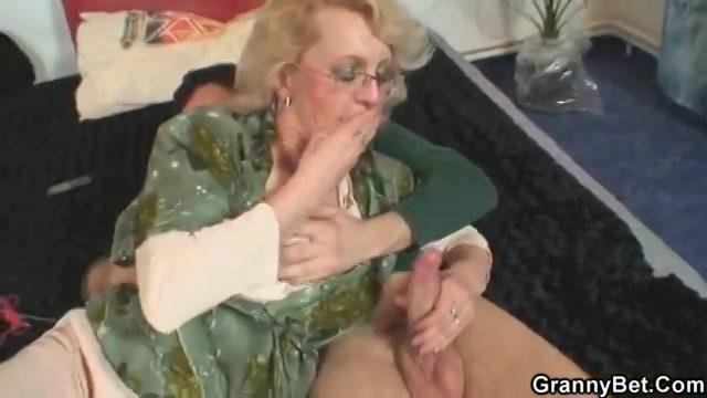 Oma pijpt haar klein zoon en laat hem haar oude kut neuken