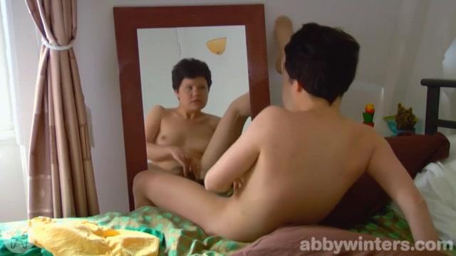 Voor de spiegel mastuberen tot een orgasme
