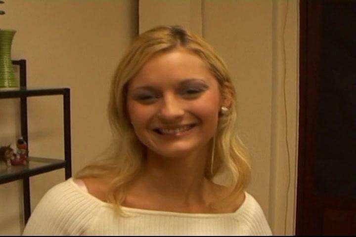 Jenny het geile blondje dat pijpt en aftrekt tot hij sperma spuit