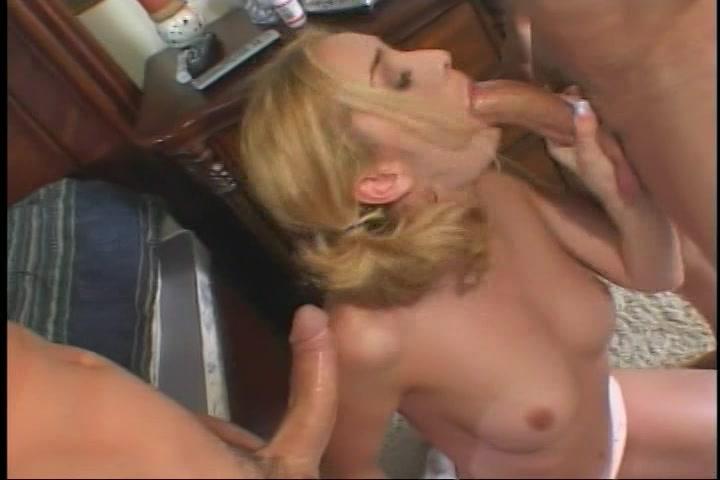 Gulzig pijpt het blondje de grote lullen