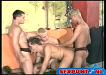 Om de beurt neuken de homo boys hem anal