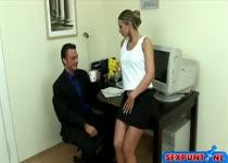 Hij spuit de mond van de secretaresse vol sperma