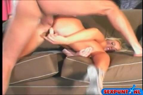 Anal geneukt worden terwijl ze haar kut met een dildo mastubeerd