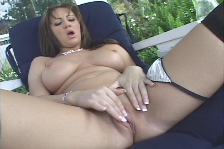 Ze streelt haar grote teiten en mastubeerd de kale kut