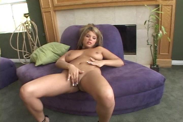 Ze heeft dikke tieten een kale kut en mastubeerd tot ze een orgasme krijgt