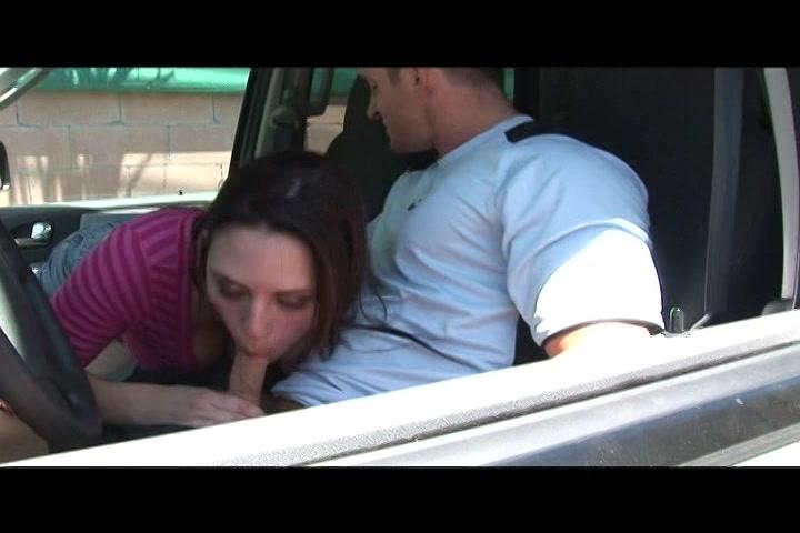 In de auto en bij hem thuis pijpt de hoer zijn stijve lul