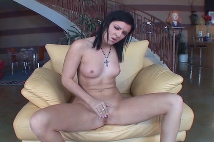Langzaam glijden haar vingers over haar kale kut en krijgt ze een orgasme